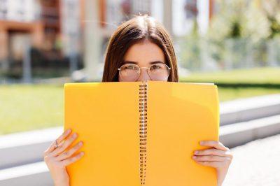 estudiante_cuaderno_amarillo